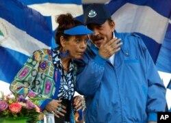 El presidente de Nicaragua, Daniel Ortega, y su esposa y vicepresidenta Rosario Murillo, encabezan un mitin en Managua, Nicaragua. (AP Photo/Alfredo Zuniga, Archivo)
