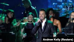 El cantante Luis Fonsi actúa durante la gala previa a los Grammy el 27 de enero del 2018 en Manhattan, Nueva York. REUTERS/Andrew Kelly