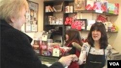 "Pelanggan ""Chocolate Chocolate"", toko cokelat yang menjual cokelat hasil bikinan produksi tangga, selalu diperlakukan seperti keluarga, sehingga membuat mereka menjadi pelanggan setia."