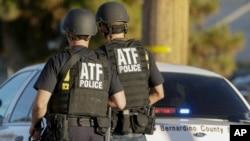 지난해 12월 총기 사건이 발생한 미국 캘리포니아주 샌버나디노 시에서 경찰이 사건 현장을 수색하고 있다. (자료사진)