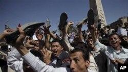 也门反政府示威者高喊要求萨利赫总统下台的口号