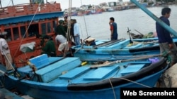 The fishing boat that carries Truong Dinh Bay and other crew members is seen arriving at a border guard station in Quang Ngai Province, Dec. 1, 2015. (PetroTimes)