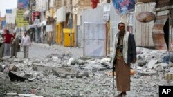 Pemberontak Syiah Houthi siaga di lokasi yang baru saja terkena serangan udara pesawat Uni Emirat Arab di Sana'a, Yaman (5/9).
