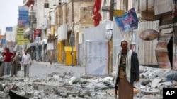 사우디아라비아 주도 아랍에미리트연합군 전투기의 폭격으로 폐허가 된 예맨 사나 시내