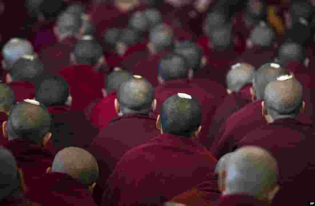 ព្រះសង្ឃនិរទេសខ្លួនរបស់ទីបេកំពុងស្តាប់មេដឹកនាំសាសនារបស់ពួកគេគឺសម្តេចសង្ឃ Dalai Lama ថ្លែងនៅក្នុងព្រះវិហារ Tsuglakhang ទីក្រុង Dharmsala ប្រទេសឥណ្ឌាកាលពីថ្ងៃទី១៤ មីនា ២០១៧។