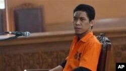 Nghi can Indonesia 29 tuổi Separiano trong phiên xử tại Tòa án quận Nam Jakarta, Indonesia, 6/11/2013. (AP Photo/Tatan Syuflana)