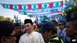 Pemimpin oposisi Malaysia Anwar Ibrahim (kiri) menyerahkan berkas nominasi untuk pencalonannya dalam Pemilu yang akan digelar 5 Mei mendatang, di Berapit 350 kilometer sebelah utara Kuala Lumpur, Malaysia (20/4).