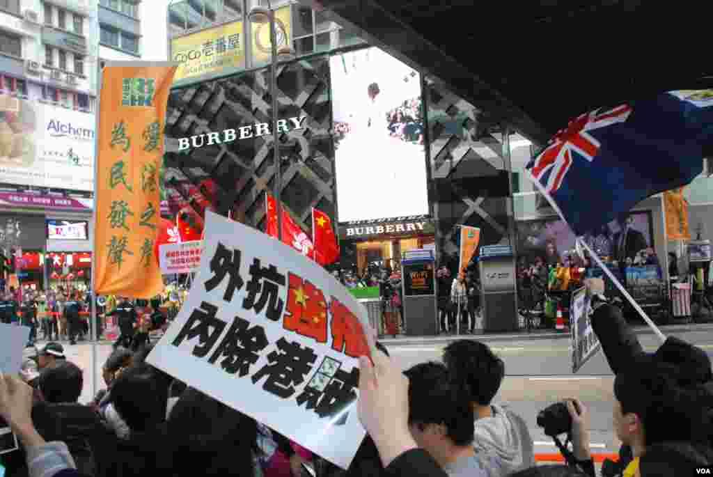 反對及歡迎大陸自由行的團體,在廣東道隔著馬路展開罵戰