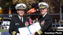 Phó Đô Đốc Thomas Moore trao quyết định thăng quân hàm cho Đại tá Nguyễn Từ Huấn. Photo US Navy.
