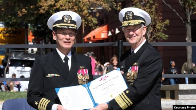 Phó Đô Đốc Thomas Moore (phải) trao quyết định thăng quân hàm Phó Đề Đốc cho Đại tá Nguyễn Từ Huấn. Photo US Navy.
