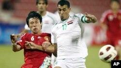 지난 2011년 11월 카타르 도하에서 열린 2014 월드컵 아시아 지역 예선에서 카타르와 중국의 경기에서 선수들이 공을 잡기 위해 몸싸움을 벌이고 있다.