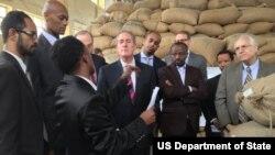 美国贸易代表迈克尔•弗罗曼(中)在埃塞俄比亚视察工作