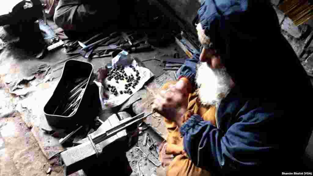 اسلحہ سازی میں مصروف ایک بزرگ کاریگر : ایک کاریگر جنت گل نے بتایا ' طالبان کے آنے سے قبل حالات بہت اچھے تھے مگر بعد میں طالبان کی اس علاقے میں آمد و رفت سے یہ صنعت مکمل طور پر مفلوج ہوگئی۔