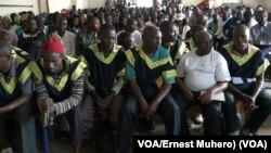 Les accusés et l'audience lors du prononcé du verdict dans le procès de viol systématique à Kavumu, 13 décembre 2017. (VOA/Ernest Muhero).
