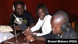 Le journaliste arrêté, Toyi Murefu, en chemise blanche en studio, à Bukavu, en RDC. (VOA/Ernest Muhero)