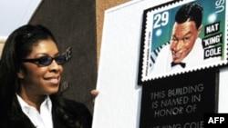 """Penyanyi Natalie Cole (kiri) menyaksikan penamaan perangko untuk menghormati ayahnya, Nat """"King"""" Cole (foto: dok)."""