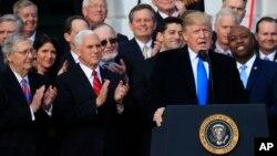 Presiden AS Donald Trump, Wapres Mike Pence dan legislator Partai Republik merayakan disetujuinya Reformasi Pajak, Rabu (20/12).