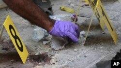 Cảnh sát thu nhặt các chứng cớ tại hiện trường một vụ nổ trong thủ đô Manama của Bahrain