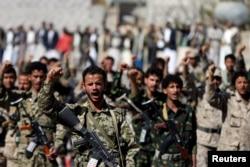 Những chiến binh người Houthi tham gia diễu hành đánh dấu 1000 ngày liên minh do Ả-rập Saudi dẫn đầu can thiệp vào cuộc xung đột ở Yemen, ở Sana'a, Yemen, ngày 19 tháng 12, 2017.