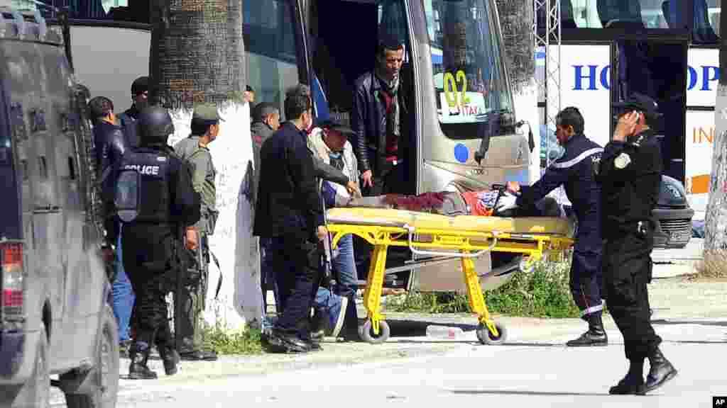 Une victime est évacuée par des secouristes en dehors de la musum Bardo à Tunis, mercredi 18 mars, 2015 Tunis, Tunisie.Des hommes armés ont ouvert le feu dans un musée de premier plan dans la capitale de la Tunisie, tuant 21 personnes, dont 17 touristes.