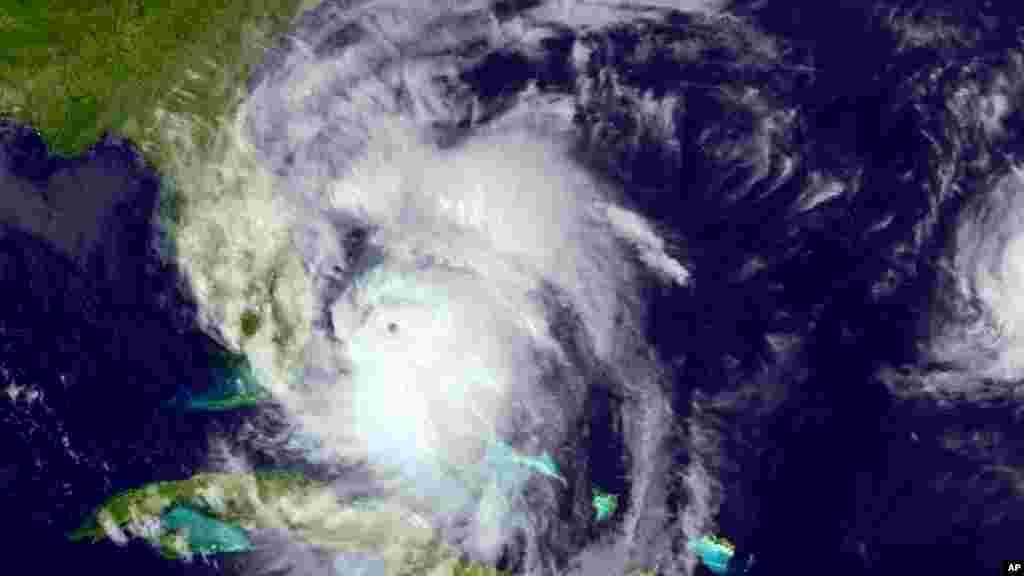 Une image satellite montre le déplacement de l'ouragan Matthew au nord-ouest le long de la côte est de la Floride, le jeudi 6 octobre 2016.