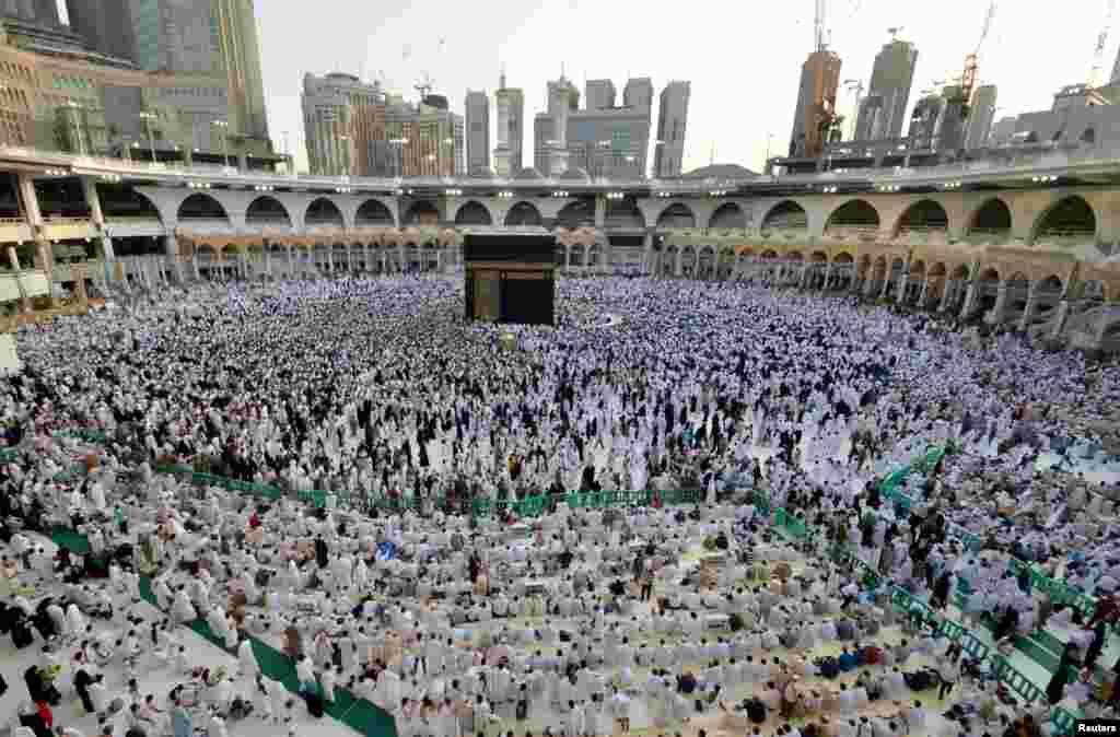 ជនមូស្លីមប្រមូលផ្តុំគ្នានៅជុំវិញអគារ Kaaba ខាងក្នុងវិហារ Grande Mosque នៅអំឡុងខែតមអាហារ Ramadan ក្នុងក្រុង Mecca ប្រទេសអារ៉ាប៊ី សាអូឌីត កាលពីថ្ងៃទី០៦ ខែមិថុនា ឆ្នាំ២០១៦។