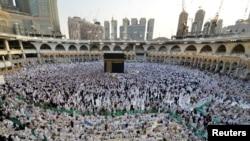 Des musulmans sont réunis autour du Kaaba à l'intérieur de la Grande Mosquée pendant le Ramadan à La Mecque, Arabie Saoudite, le 6 juin 2016.