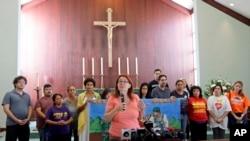 Jeannette Smith, acompañada por miembros de la comunidad, habla con los periodistas. Smith anunció que un grupo de 11 inmigrantes piden a funcionarios del condado Miami-Dade que los protejan, detengan las deportaciones y la separación de las familias.