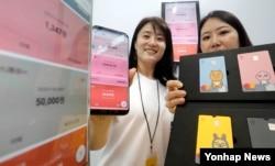 27일 오전 서울 서초구 반포 세빛섬 FIC컨벤션에서 열린 카카오뱅크 'B-day 언베일링 세러머니'에서 관계자들이 사용방법을 시연하고 있다.