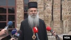 Vladika Teodosije tokom obraćanja novinarima u manastiru Gračanica (Foto: VOA)