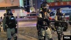 警方在去年的反送中運動示威中。(美國之音 湯惠芸攝)