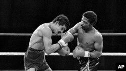 Aaron Pryor, à droite, cogne de sa droite Alexis Arguello au cours du second round d'un combat de boxe des poids welter junior à l'Orange Bowl de Miami, 12 novembre 1982.