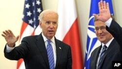 El vicepresidente Joe Biden y el presidente polaco, Bronislaw Komorowski saluda a la prensa luego de conversar en Varsovia sobre la agresión rusa a Ucrania.