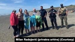 Milan Radojević (drugi s leva) sa porodicom čiju je decu spasao i lokalnim policajcima (Foto: Privatna arhiva)