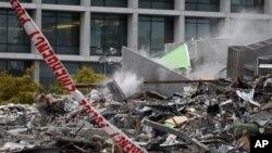 救援人員從一幢倒塌的電視大樓的瓦礫中,挖出了幾十具屍體