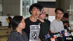 2019年6月24日民陣記者會上召集人岑子傑(左二), 副召集人梁潁敏(左一) 等人先後講話。(美國之音申華拍攝)