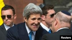 John Kerry salue des responsables israéliens à Yad Vashem, le 8 avril 2013