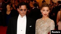 Aktor Johnny Depp dan istrinya, aktris Amber Heard.