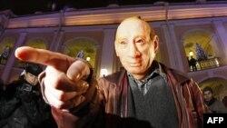 Участник акции протеста в маске Владимира Путина. Санкт-Петербург. 8 декабря 2011г.