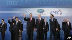 아시아태평양경제협력체(APEC) 정상회의 폐막 직후 단체 사진촬영을 한후 손을 흔드는 각국 정상들