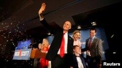 플로리다 연방 상원의원 선거에 출마한 릭 스콧 공화당 후보가 지난 6일 지지자들의 향해 손을 흔들어 보이고 있다.