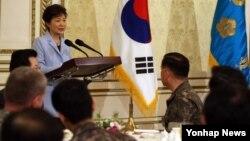 박근혜 한국 대통령이 7일 청와대 영빈관에서 열린 전군 주요지휘관 격려 오찬에서 인사말을 하고 있다.