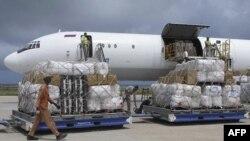 Розвантаження літака з допомогою ООН у Могадишо
