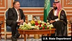 Menlu AS Mike Pompeo (kiri) bertemu Putra Mahkota Saudi Mohammed bin Salman di Riyadh, Arab Saudi, Selasa (16/10).