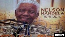Digitalni imidž sa Mandelinim likom na stadionu na kojem će sutra biti održana memorijalna služba u Johanesburgu. 9. decembar, 2013.