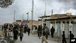 Localni stanovnici okupljaju se na ulici dok se dim diže iznad mesta eksplozije u Kveti