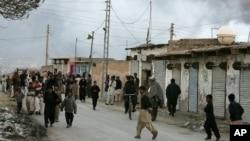 16일 파키스탄 쿠에타시에서 폭탄 공격으로 검은 연기가 피어오르는 가운데, 주민들이 대피하고 있다.