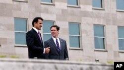 Quyền Bộ trưởng Quốc phòng Mỹ Mark Esper (phải) tiếp vua Qatar Sheikh Tamim bin Hamad Al Thani tại Ngũ Giác Đài ngày 8/7/2019.