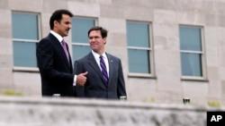مارک اسپر (راست) در جریان دیدار روز سهشنبه در پنتاگون با امیر قطر