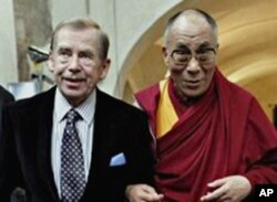 Former Czech President Vaclav Havel (L) with Tibetan spiritual leader the Dalai Lama (file photo – 11 Sept. 2009)